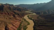 Гранд-Каньон — один из глубочайших каньонов в мире. Он находится на плато Колорадо, штат Аризона, США, на территории национального парка
