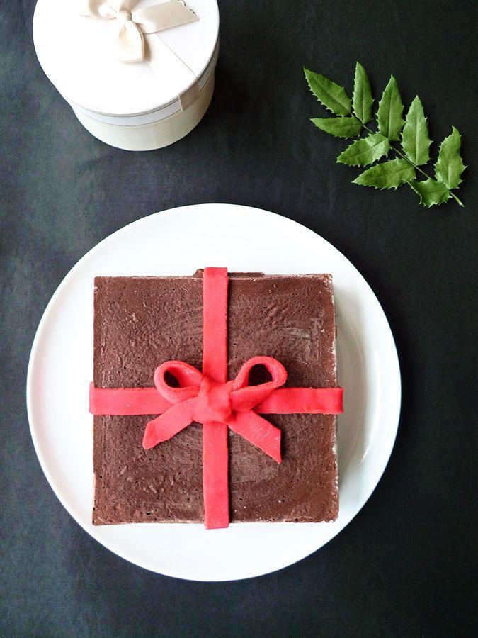 Deux génoises au chocolat, une garniture fondante à la poire et un joli noeud en pâte d'amande : voici le gâteau cadeau 🎁! (recette en images)