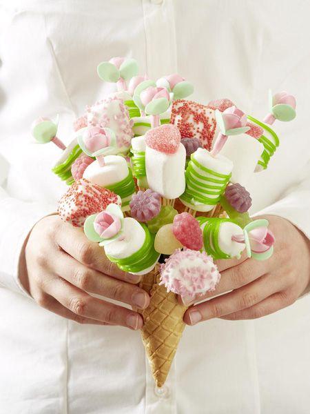 Tolle Geschenkidee: ein Blumenstrauß aus Süßigkeiten! Zum DIY-TIPP >>