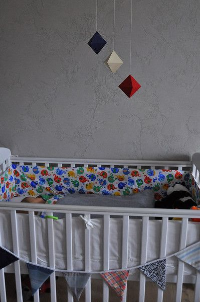 **Karuzela w kolorach podstawowych dla niemowląt wykonana zgodnie z duchem metody Montessori.**  Ośmiościany jest **trzecią z serii karuzel Montessori**, którą prezentuje się dziecku od ok. 5. do...