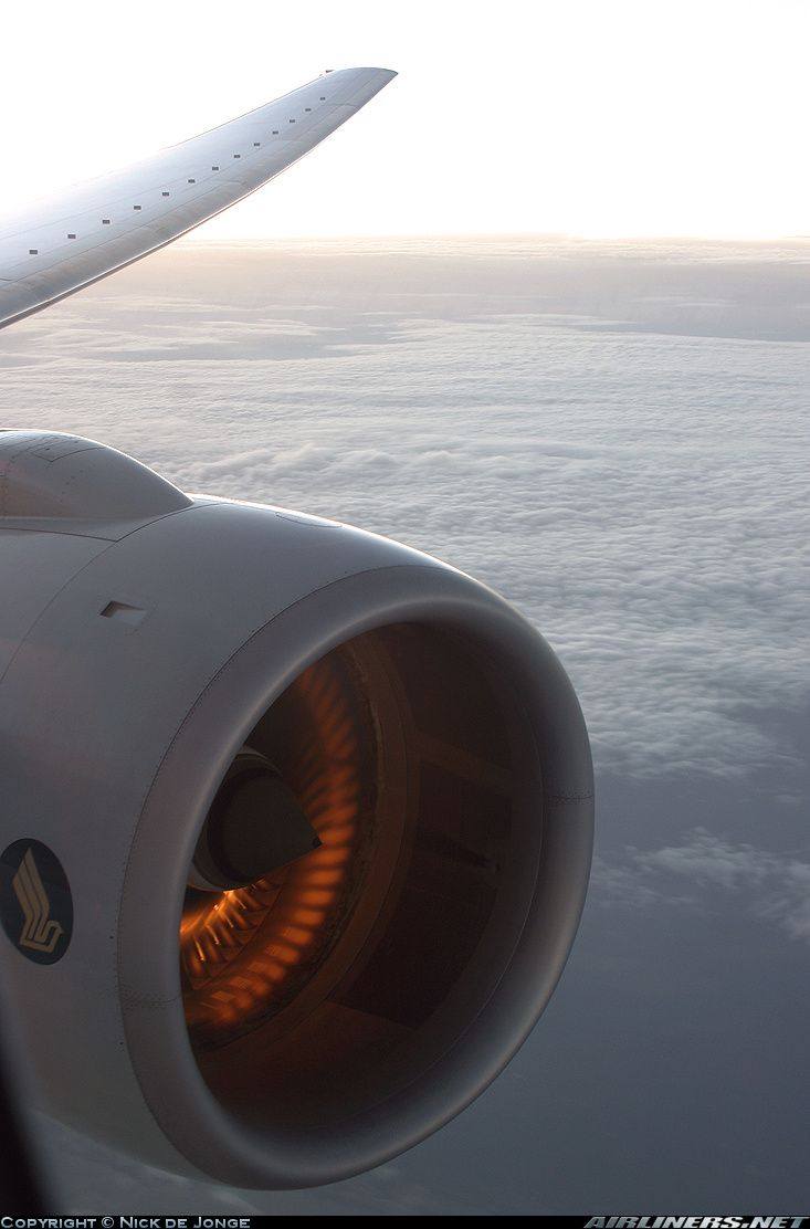 Sun reflection on the engine blades of Boeing 777-212/ER