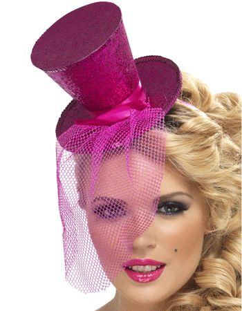 Mini hoge hoed op diadeem roze met een afneembare sluier. Mini hoog hoedje in glinsterend roze, op een diadeem bevestigd en dus makkelijk te dragen! De korte sluier is afneembaar.