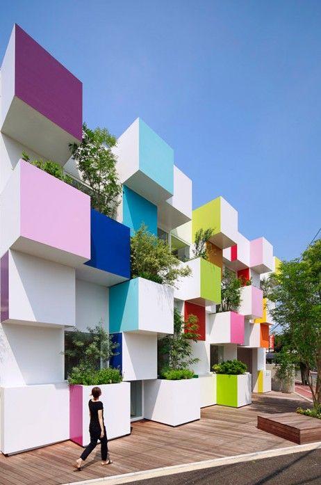 특이한 건축디자인이 돋보이는 아름다운 건축물 무지개 색깔의 큐브 외관으로 구성된아름다운 건축물인 이 ...