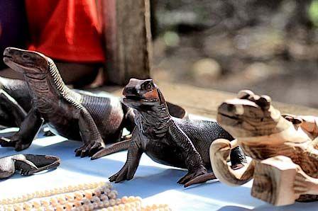 Salah satu cinderamata/souvenir di Taman Nasional Komodo berupa patung komodo yang terbuat dari kayu. Banyak sekali jenis souvenir dari Taman Nasional Komodo ini, ada kaos, dan kerajinan tangan lainnya.