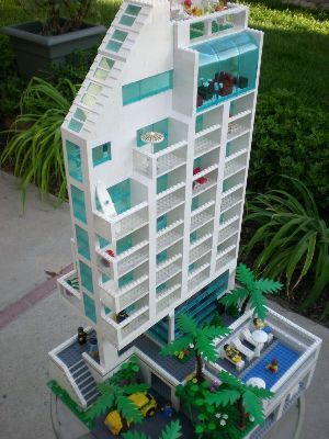 Pretty cool lego hotel. Follow, repin, and like for more awesome lego mocs.