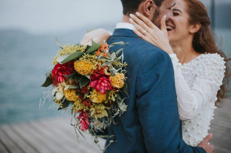 Destinantion wedding na praia! Buque lindo para casamento na praia, vermelho, amarelho e folhagens.