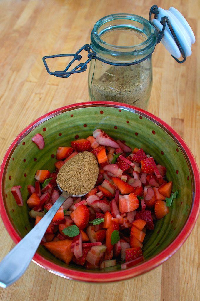 Crumble fraise-rhubarbe-menthe