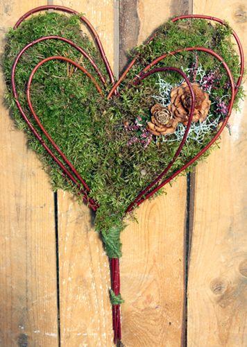 http://holmsundsblommor.blogspot.se/2013/10/hjarta-med-kornell.html 131027 Hjärta av mossa och korallkornell. Stomme av hönsnät