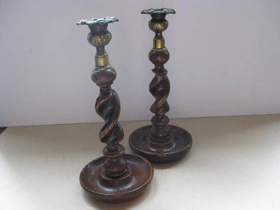 2 Gelijke houten kandelaars met gedraaide stam en verguld