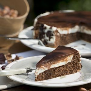 Backofen auf 180°C (Umluft) vorheizen. Für den Biskuit Schokolade schmelzen. Eier trennen. Eigelb und Zucker schaumig schlagen. Schokolade,...