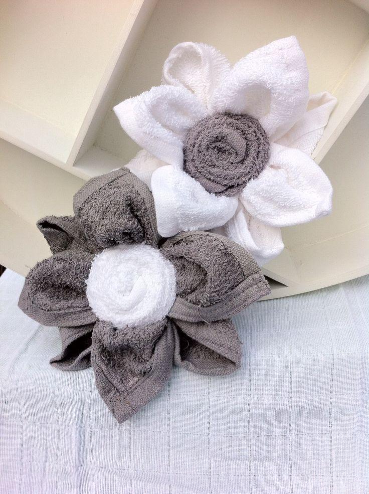 Lotusbloem van spuugdoekjes voor jongetje en meisje. Kraamcadeau -Zwangerschapscadeau unisex. Flower of washclothes Baby Shower gift. Info: https://joleenskraamcadeaus.wix.com/kraamcadeau#!product/prd1/1916830715/lotus-bloem