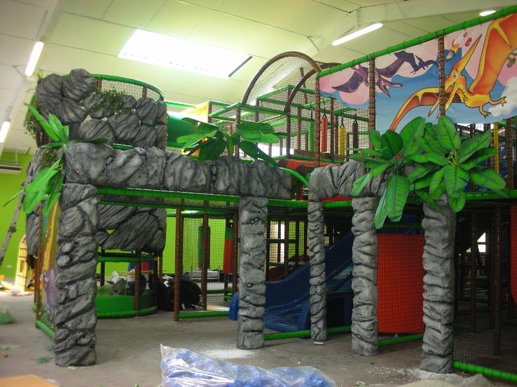 """Play Mart - Struttura di gioco a tema """"Dinosauri"""" in fase di costruzione"""
