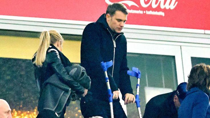 Manuel Neuer beobachtete das Heimspiel des FC Bayern gegen RB Leipzig mit Krücken auf der Tribüne