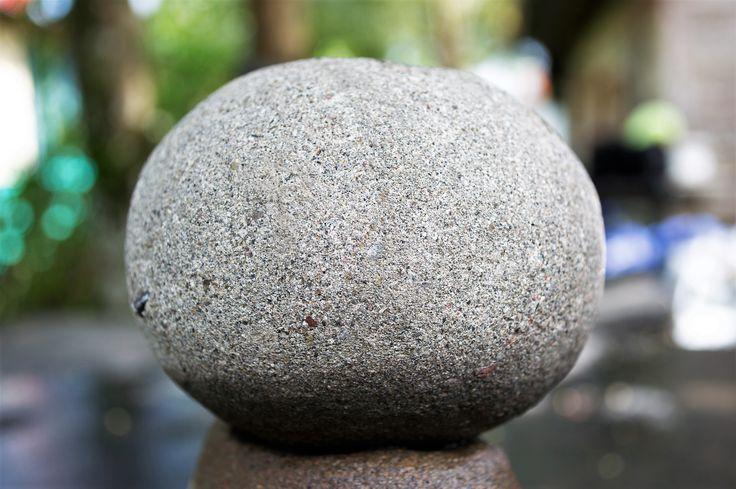 """Los misterios de las """"esferas"""" creadas por nuestros antepasados es un fascinante tema para crear replicas de estas. Un artista local hizo una para fotografiarla. Cuál es su motivo o significado? Eso creo que nunca lo sabremos. Sin embargo, el círculo es perfección como forma en la matemática, quizás era una forma de representar eso."""
