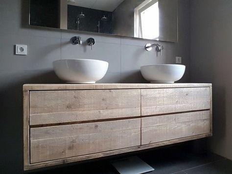 Een zwevend of hangend badkamermeubel van steigerhout met 4 ruime lades. Oorspronkelijk model bedacht als tv-meubel maar doet het ook erg goed als badkamermeubel. Strak en functioneel vormgegeven én de sfeermaker van deze mooie strakke badkamer! Het oude hout is prima geschikt voor de badkamer en hoeft ook niet behandeld te worden. Deze is b160xd50xh50cm en de lades lopen op geleiders. In heel veel maten te maken.:
