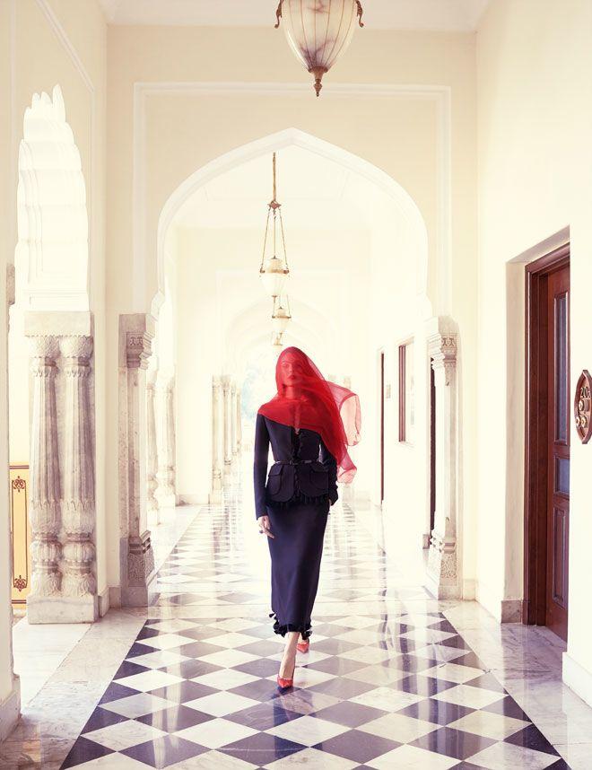 La série mode India Song du numéro de mai du Vogue Paris, réalisée au Taj Rambagh Palace à Jaipur par Mario Testino