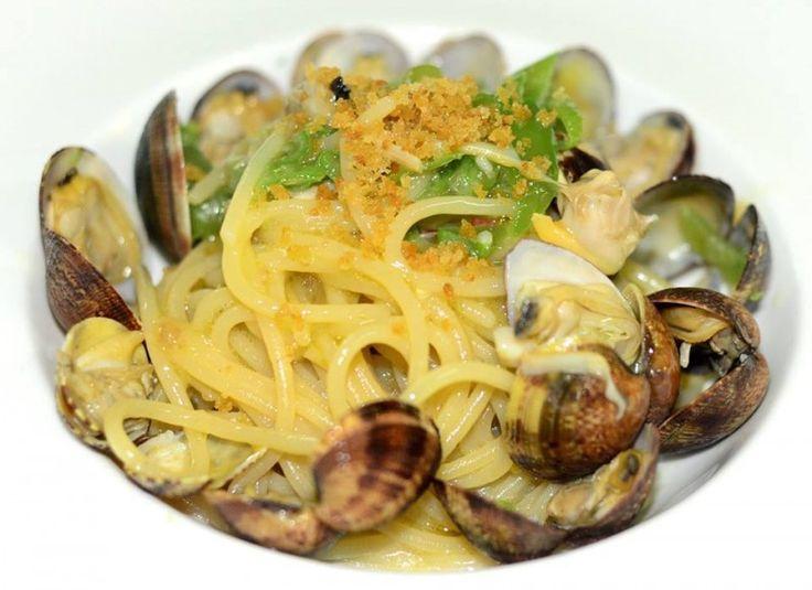 Spaghetti con vongole e peperoncino verde Al Ghiottone di Policastro Maria presenta una cucina di mare ripulita e corretta puntando sulla materia prima. Ec. Spaghetti alle vongole e peperoncino verde