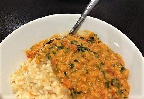 Dhal– en traditionel ret i det indiske køkken, som regel lavet med linser eller bælgfrugter. Denne med røde linser, spinat og tomat er et helt enkelt, ukompliceret, hjertevarmt og billigt måltid, som vil bringe glæde