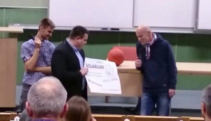 """""""Murzyn"""" z """"Wyborczej"""" dostał karnet na solarium za promocję Marszu Niepodległości"""