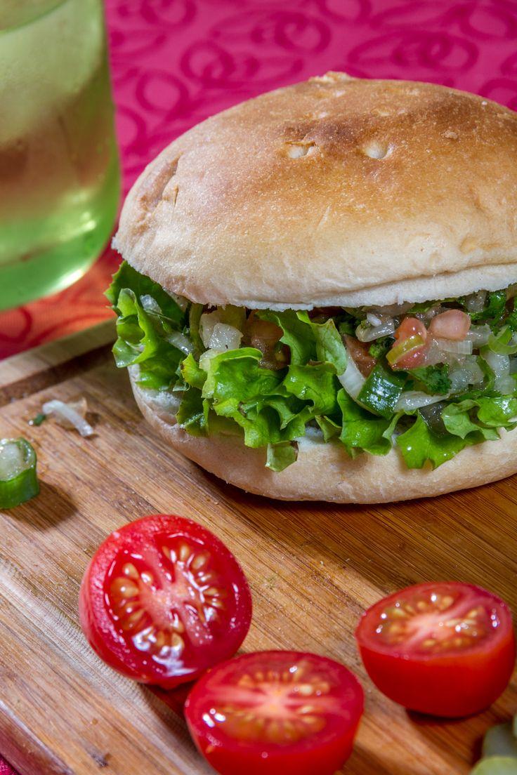 ¿Vegetariano? No te preocupes, un poco de pebre, lechuga y tu siempre confiable pan amasado de HOME BAKERY de BredenMaster y tienes el sándwich perfecto para este día.