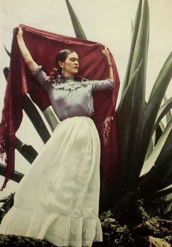 Love this photo of Frida Kahlo! │ Photography by fashion photographer - Toni Frissell Mexico
