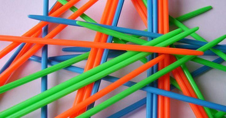 Cómo jugar palillos chinos. Los palillos chinos son un gran juego simple que ayuda a los niños a aprender a contar sus puntos y a mejorar su destreza manual. Un conjunto típico de este juego contiene 50 palos multicolores de madera, plástico o metal. Todos los palos tienen un número de anillos alrededor del centro, que indica el valor del punto, o están codificados por ...