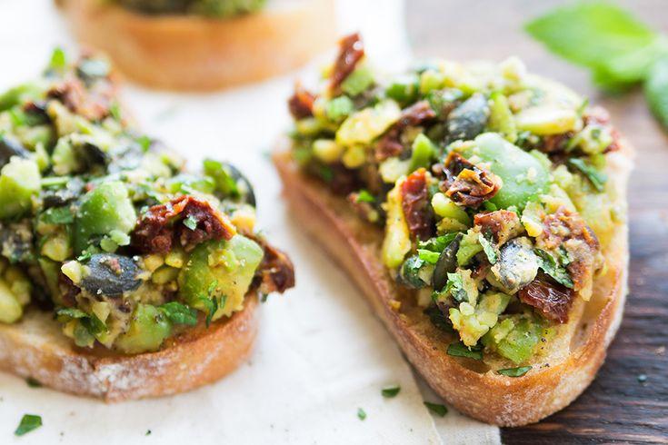 Czerwcowy sezon na wszelkiej maści warzywa i owoce to doskonały moment na urozmaicenie swojego jadłospisu. Wśród kalafiorów, brokułów i truskawek pojawia się również bób – i to jest świetna okazja, by wzbogacić dietę o wartościowe białko, szczególnie jeśli jesteś na diecie wegetariańskiej.