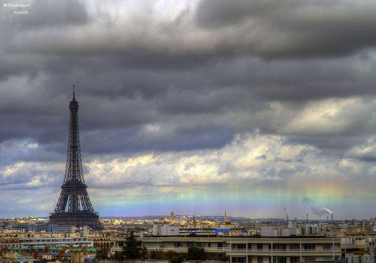 Parigi, larcobaleno orizzontale sulla città