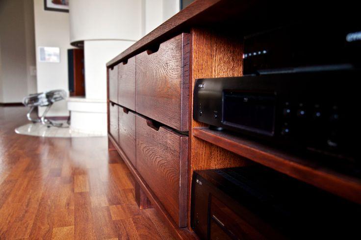 http://www.yotka.pl/ furniture of natural wood Naturalne drewno, momentami niedoskonałe, ale dzięki temu niepowtarzalne. Szuflady pomieściły kolekcję płyt klienta - niewidocznie, a wszystko na miejscu. YOTKA - wyposażenie wnętrz meble