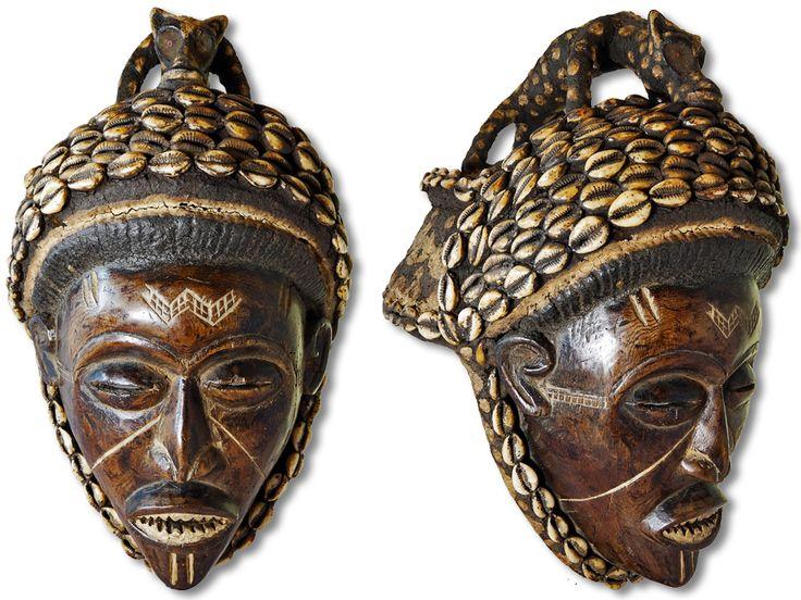 Sie sehen hier eine einzigartige Maske der Chokwe. Die wunderschöne Chokwe Maske wurde in handwerklicher Kleinstarbeit aus Holz gestaltet und mit Farbpigmenten verziert. Der Hinterkopfaufbau besteht aus Rattangeflecht und wurde mit Stoff bezogen und einer separat eingesetzten Tierfigur aus dem gleichen Material verziert. Außerdem wurde die Maske reichlich mit Kaurischnecken geschmückt. Die herrliche Maske der Chokwe hat eine Höhe von ca. 39cm. Jetzt heißt es sofort kaufen, ehe unser Bestand…