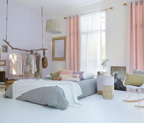 Chambre scandinave avec rideaux rose pastel et voilage blanc