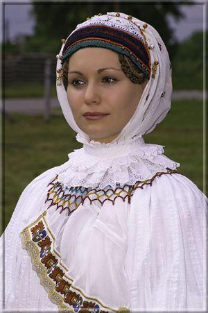 Sárközi menyecske tekerődző bíborban (fotó: Hauck Levente) Pirisáné Nagy Katalin - Népviseletkészítő
