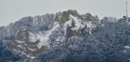 Questa mattina l'Epomeo si è presentato nuovamente imbiancato!   Di questo passo dovremo creare anche una stagione sciistica...