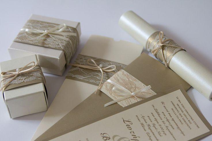 Προσκλητήριο και μπομπονιέρα κουτί με δέσιμο από δαντέλα και σατέν κορδέλα.