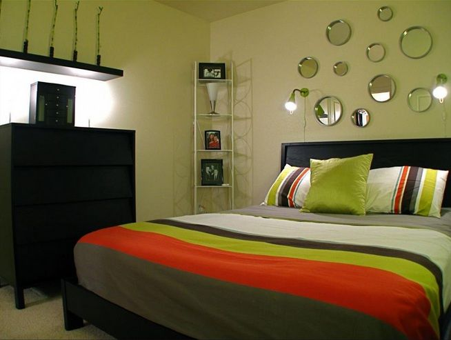 Decorating ideas for small bedrooms with round decorative mirror sets | Decolover.net
