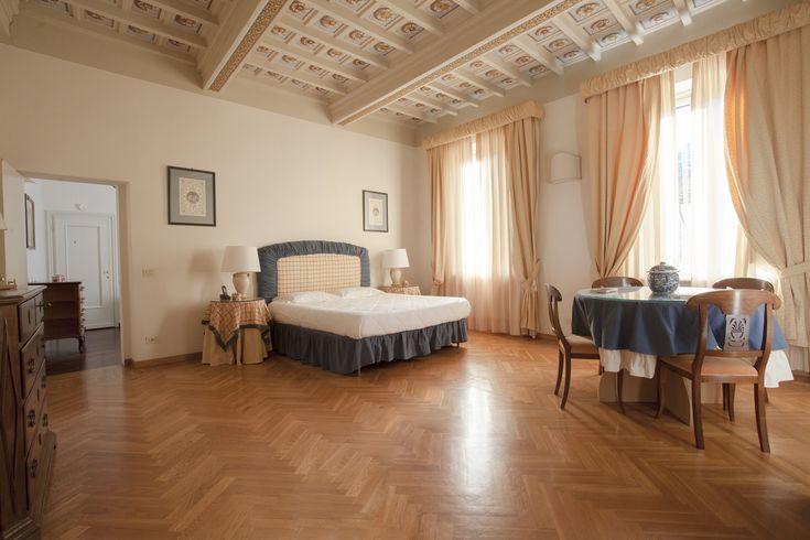 3 grandi camere da letto per viaggi in famiglia o di gruppo, arredi di charme e comfort casalingo nell'appartamento vacanze a Firenze Cellini. Prenota ora.