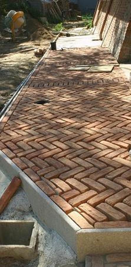 Pavimentazione esterna con mattoni di recupero originali.