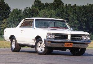 Pontiac1964GTO L'introduction de la Pontiac GTO a été la grande nouveauté de l'année 1964. Considérée par plusieurs comme la vraie première (Muscle car), Pontiac a vu le potentiel d'un de gros bloc-moteur dans une voiture  intermédiaire à un prix plus que raisonnable. La GTO était en fait , l'option performance de la Tempest Lemans C'était le la voiture  attitrée par GM,  pour attaquer le marché du Muscle car. Total des ventes: