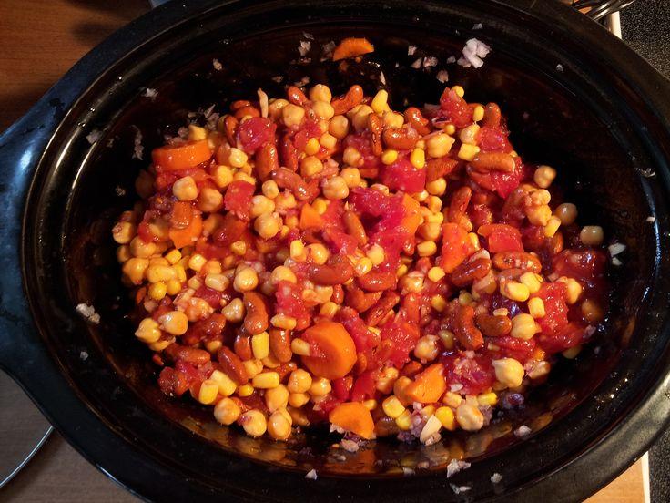 Cette délicieuse recette de chili végétarien à la mijoteuse est idéale pour se préparer une bonne quantité de lunchs à l'avance. En plus, c'est bon et très santé!