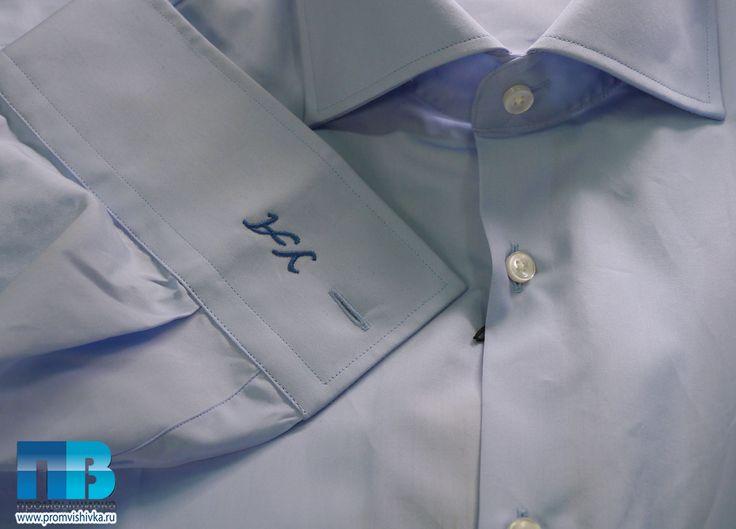 Вышивка инициалов на рукаве голубой рубашки