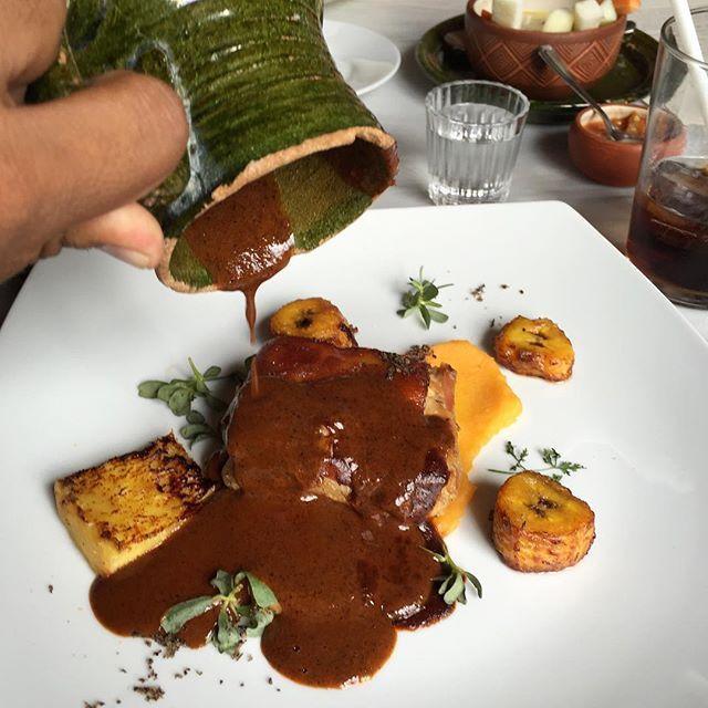 Mancha manteles de chicatanas &  lechón  #oaxaca #chicatanas #mole @origenoaxaca by @oaxacking