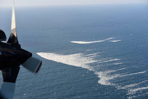 オホーツク海沖で今冬初めて観測された、白い筋状に見える流氷(海上自衛隊第2航空群提供)