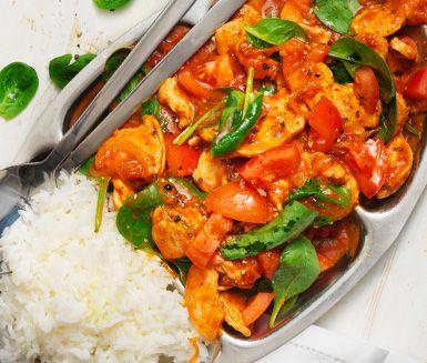 Snabblagad rätt med kyckling och smakrik asiatisk sås som serveras med ris.
