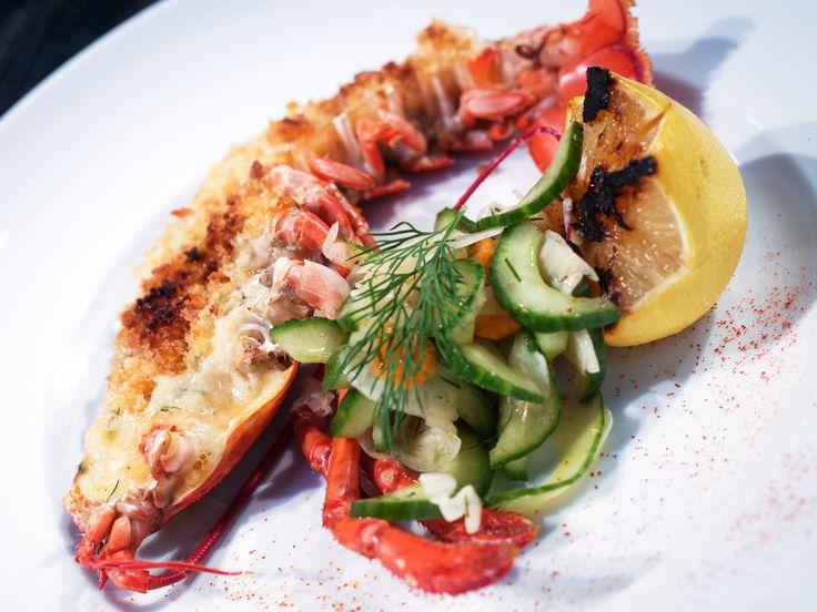 Gratinerad hummer med gurk- och fänkålssallad samt grillad citron | Recept från Köket.se