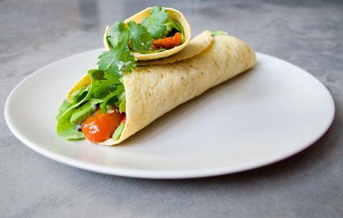 Streetfood is hip en dus kan ik hier niet achterblijven. Ik experimenteer met wokken, hamburgers en dus ook met wraps. Vandaag op het menu: een lekkere volkoren tortilla met tonijn, gegrilde aubergine en rauwkost. Getopt met een mayonaise en verse koriander is dit een gezonde allemansvriend die je in no time op je tafel hebt.…
