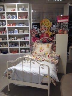Alle producten van blond amsterdam bij elkaar, leuk bord achter een bed, trekt heel erg de aandacht als je langs loopt.