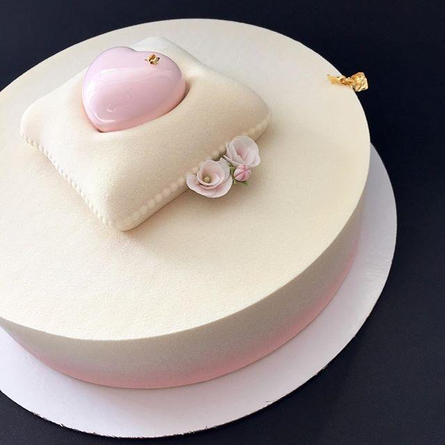 Нежность... Внутри Торт Pink по рецепту @hans_ovando : бисквит с белым шоколадом и ягодами малины, желе из малины и личи, малиновый хрустящий слой и нежнейший мусс из белого шоколада.