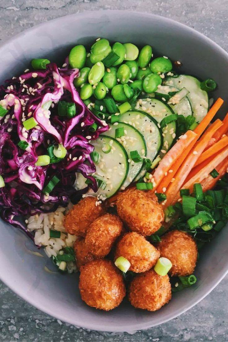 Poke bowl avec crevettes popcorn, edamame et mayo sésame. chefcookit.com/