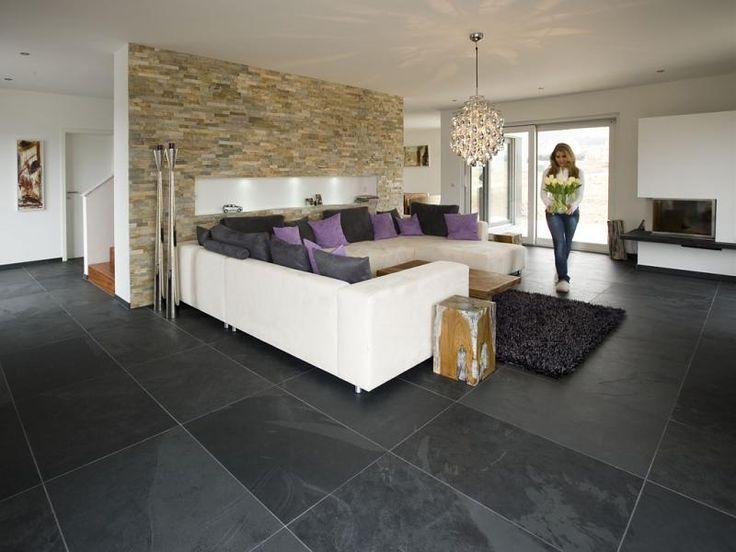 Moderne woonkamer met een prachtige Leisteen vloer, verkrijgbaar bij Natuursteen Meterik.