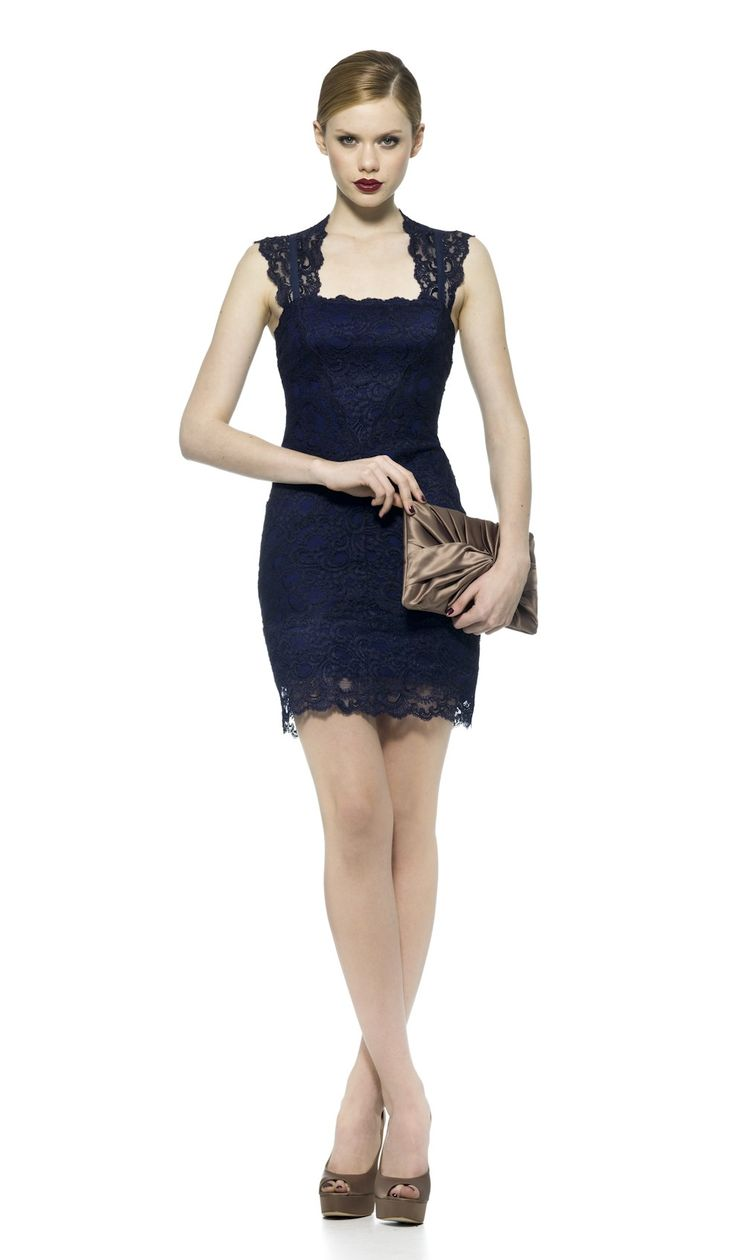 ¡Celebra tus curvas! Este vestido Nicole Miller con encaje azul es la elección perfecta para un Cocktail o una Cena elegante con amigas. Completa el look con accesorios de tonos crema o metálicos, como este bolso de mano de Zilian.